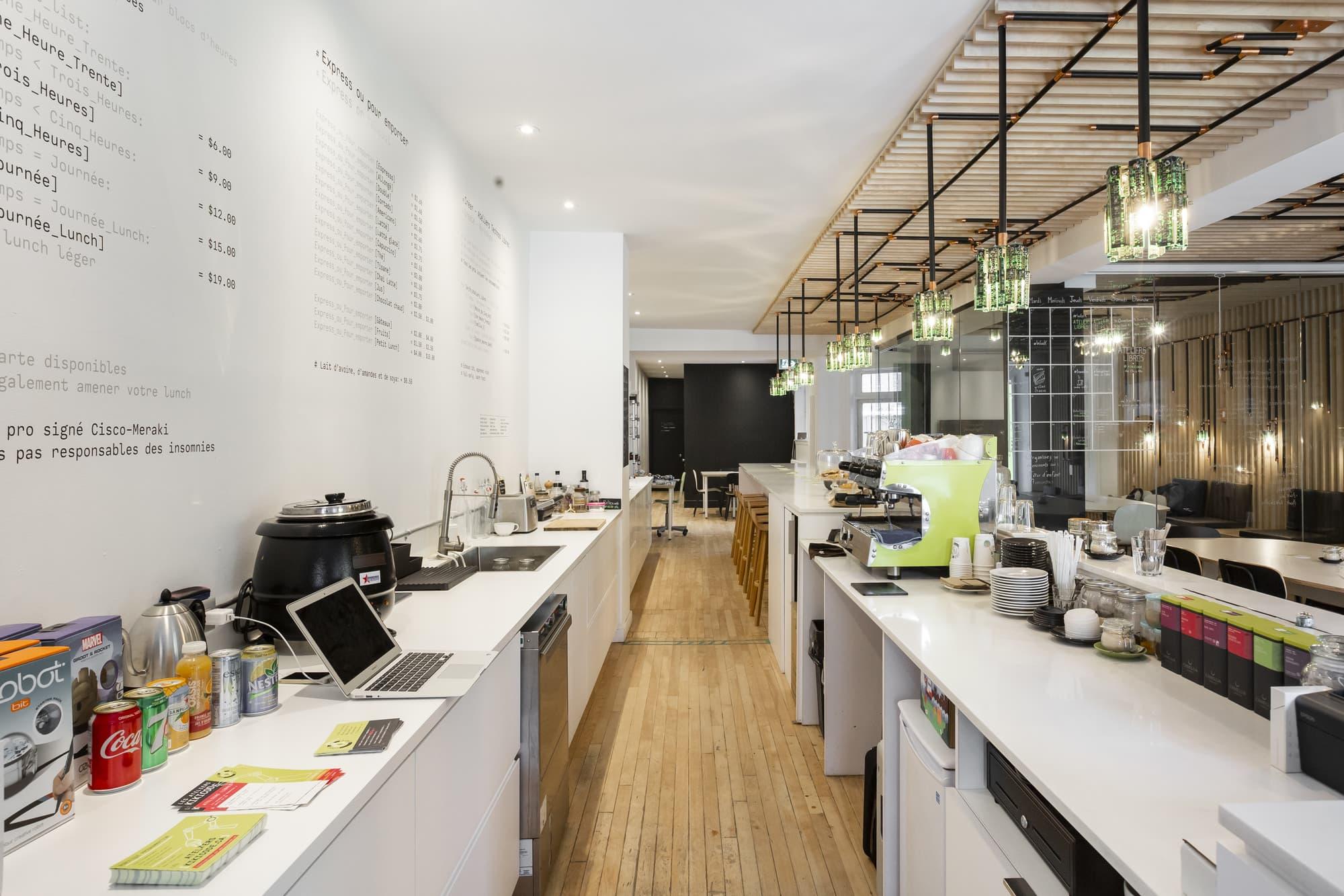 aménagement local commercial pour un café internet avec comptoirs de préparation