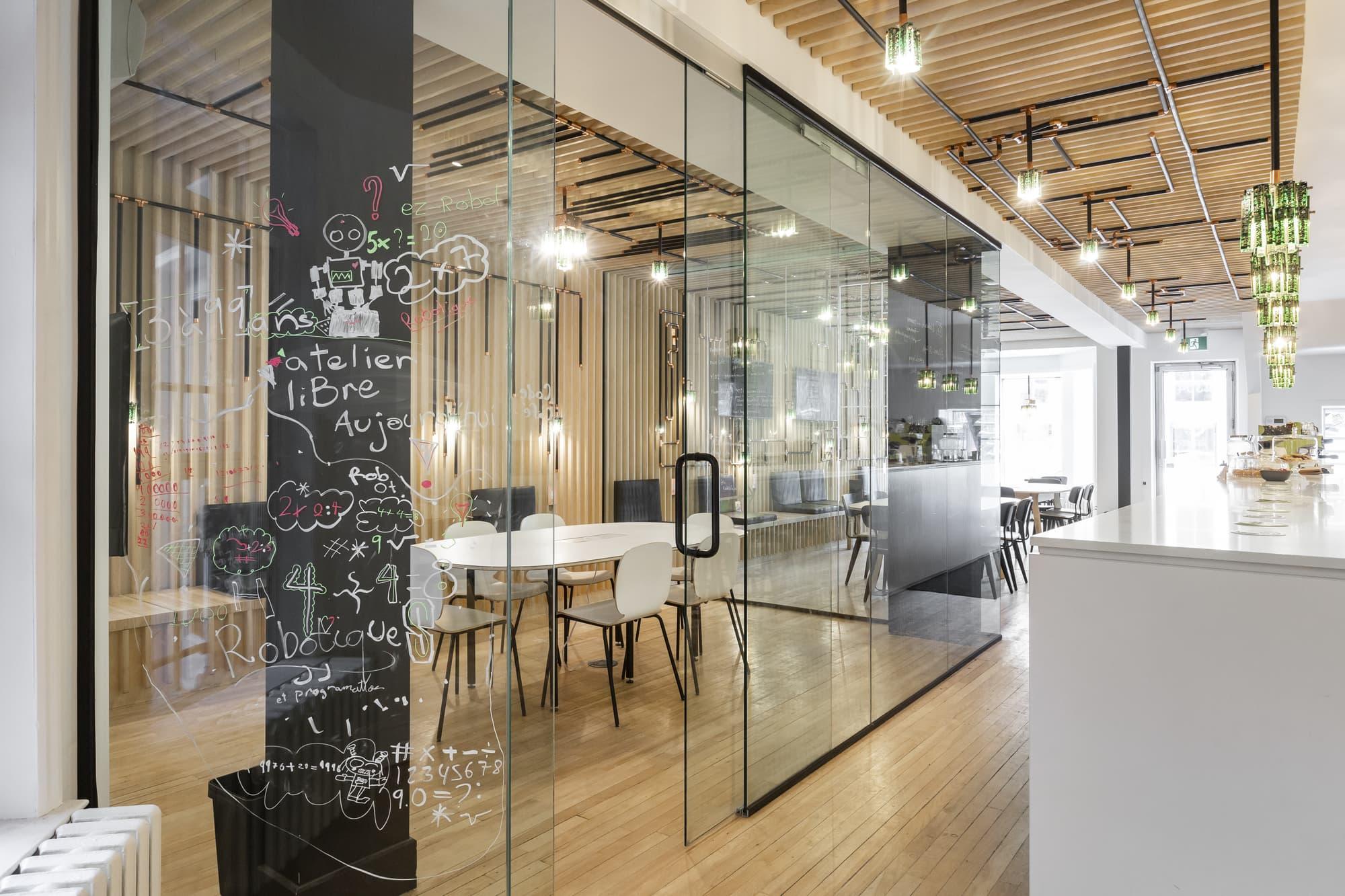 construction commerciale d'un café internet avec salle de conférence vitrée et comptoir blanc