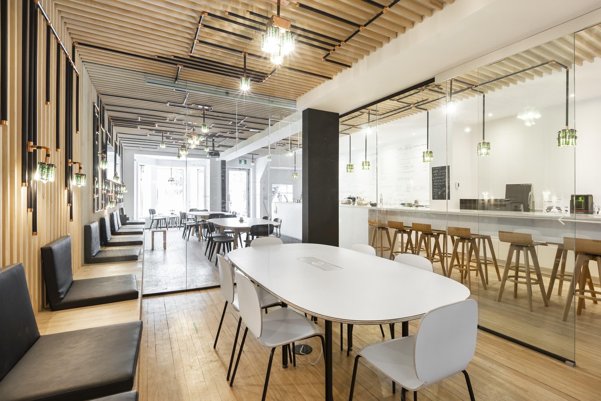 rénovation locaux d'un café multifonctionnel avec table et chaises blanches
