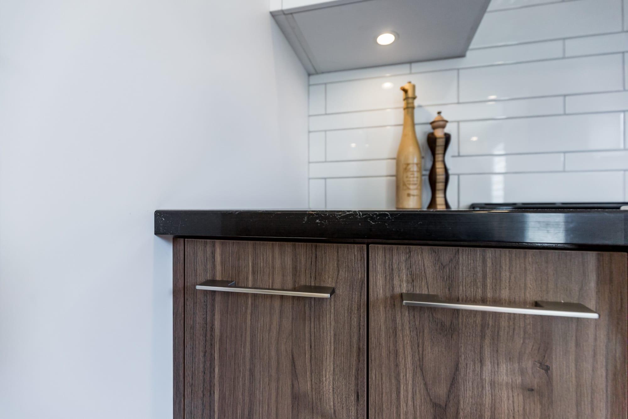 armoire de cuisine en mélamine (imitation de noyer) et comptoir en quartz noir