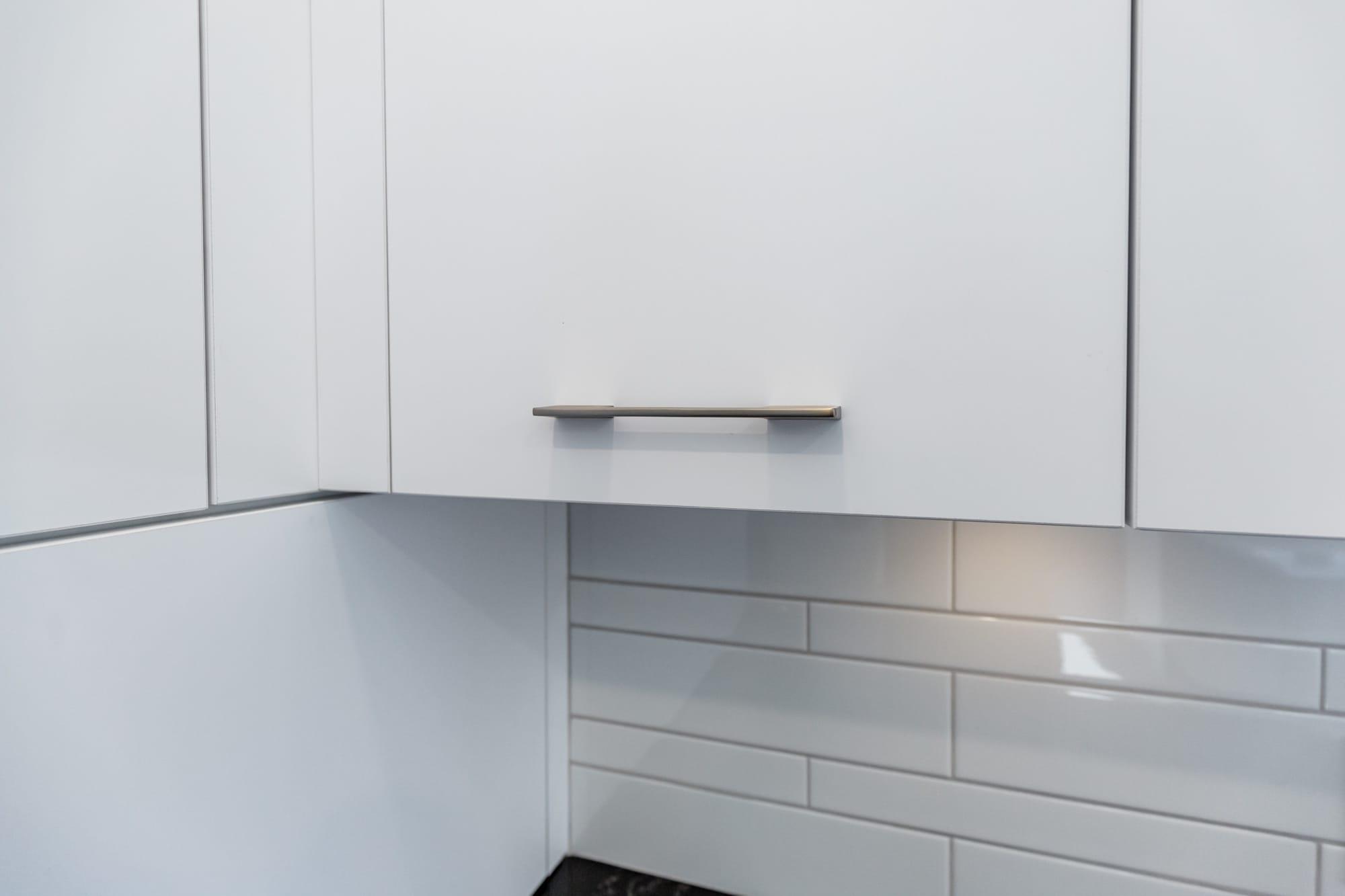 armoire de cuisine en mélamine blanche avec dosseret en céramique