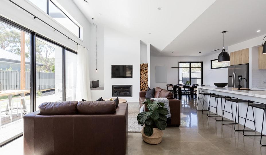 concept à aire ouverte dans une maison moderne - cuisine avec vue sur salon et grandes portes vitrées