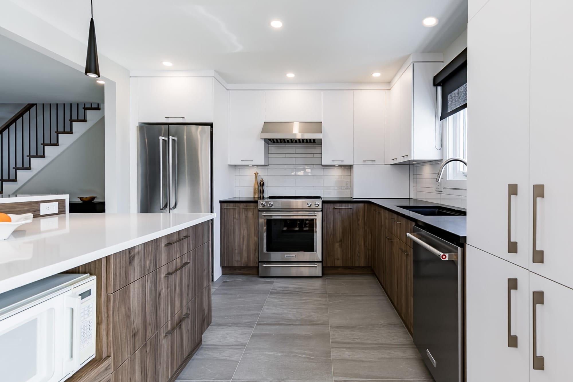 cuisine moderne deux tons avec électroménagers en stainless et comptoir en quartz blanc
