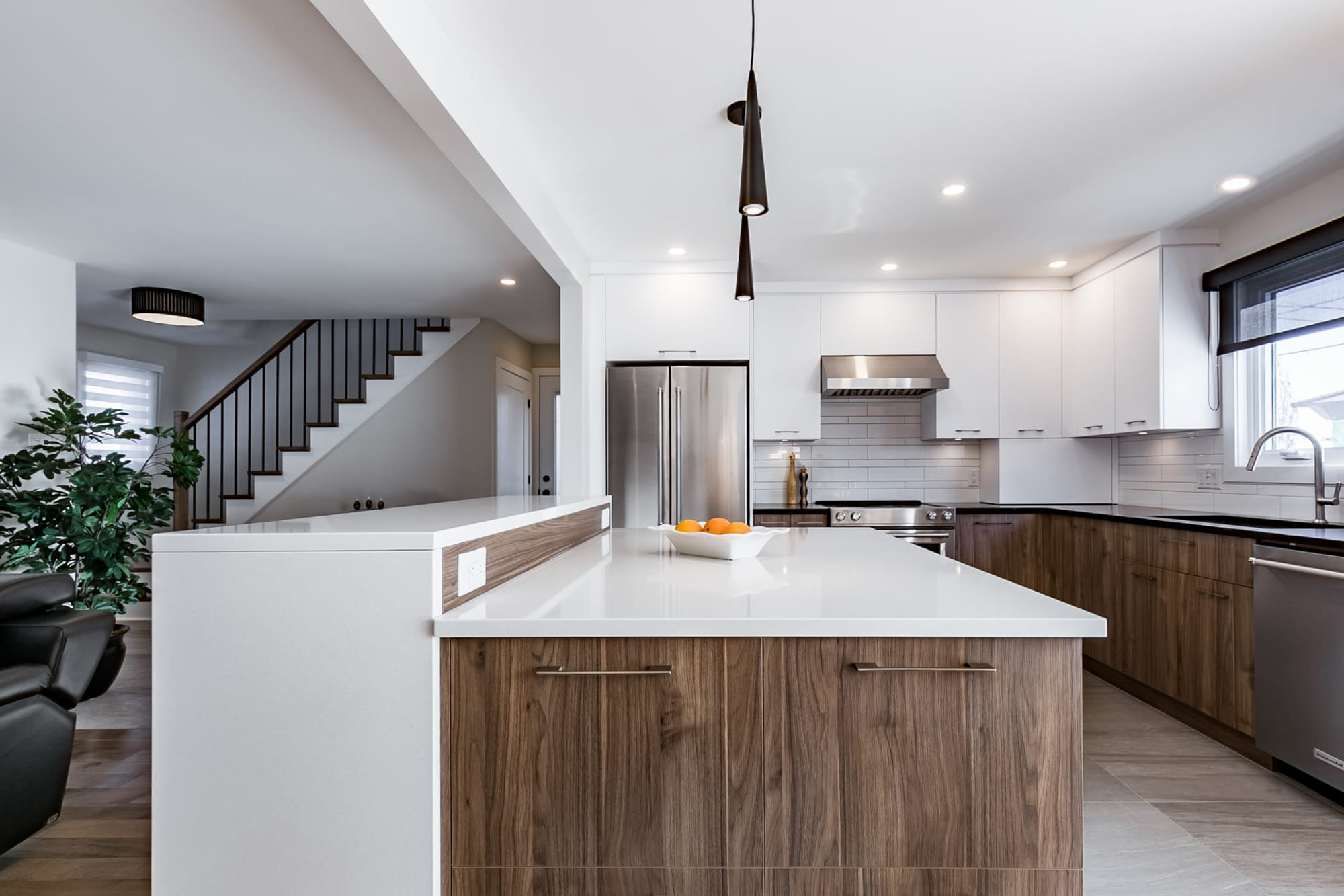 cuisine rénovée au design moderne avec vue sur le salon