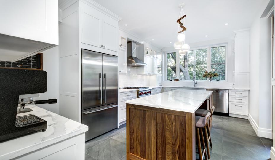 cuisine renové avec ilot de marbre et bois