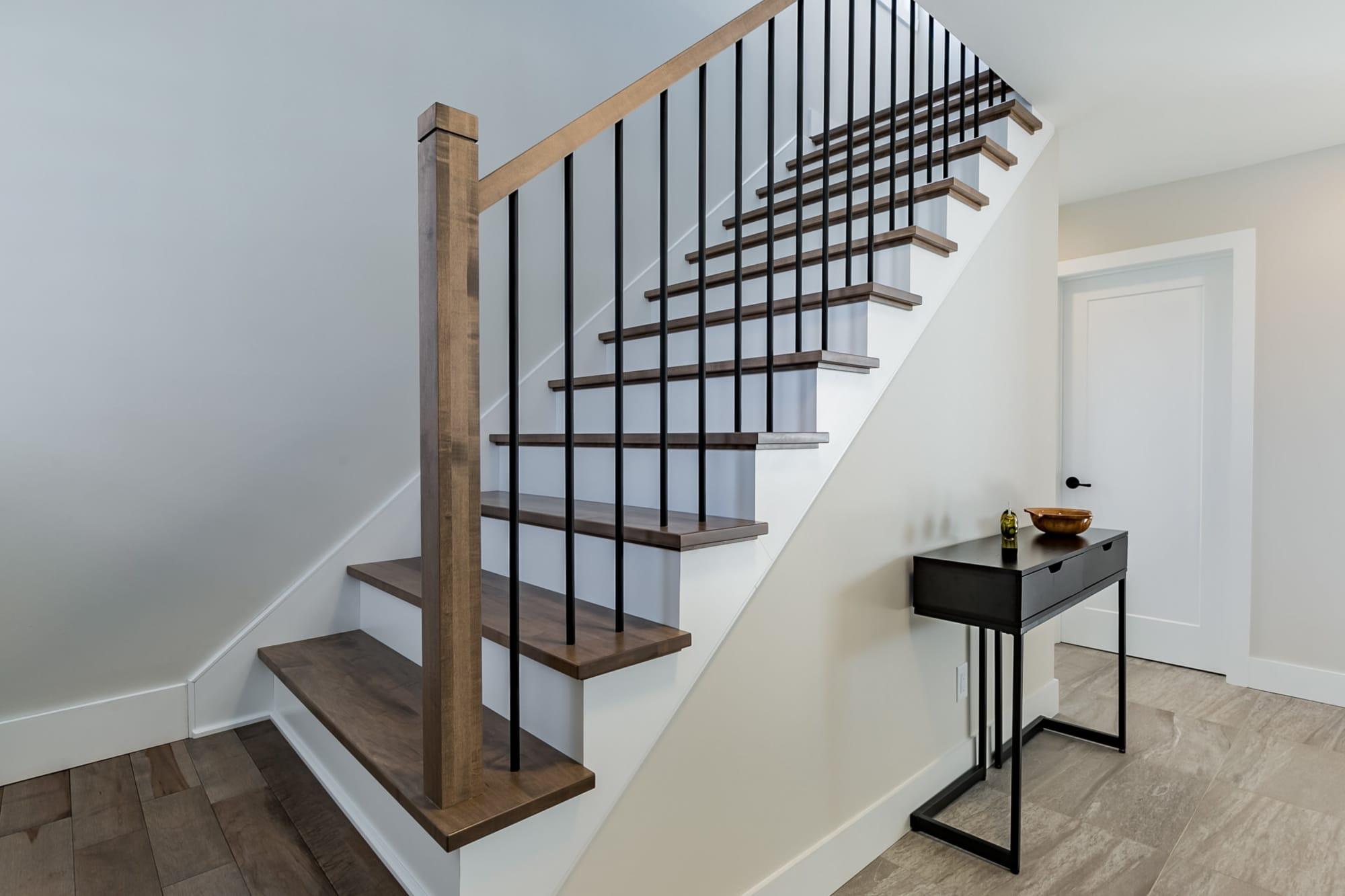 escalier en bois brun pâle nouvellement rénové