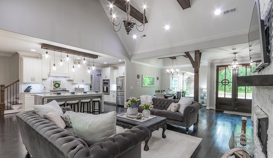 espace a aire ouverte avec plafond cathedrale et poutres de bois