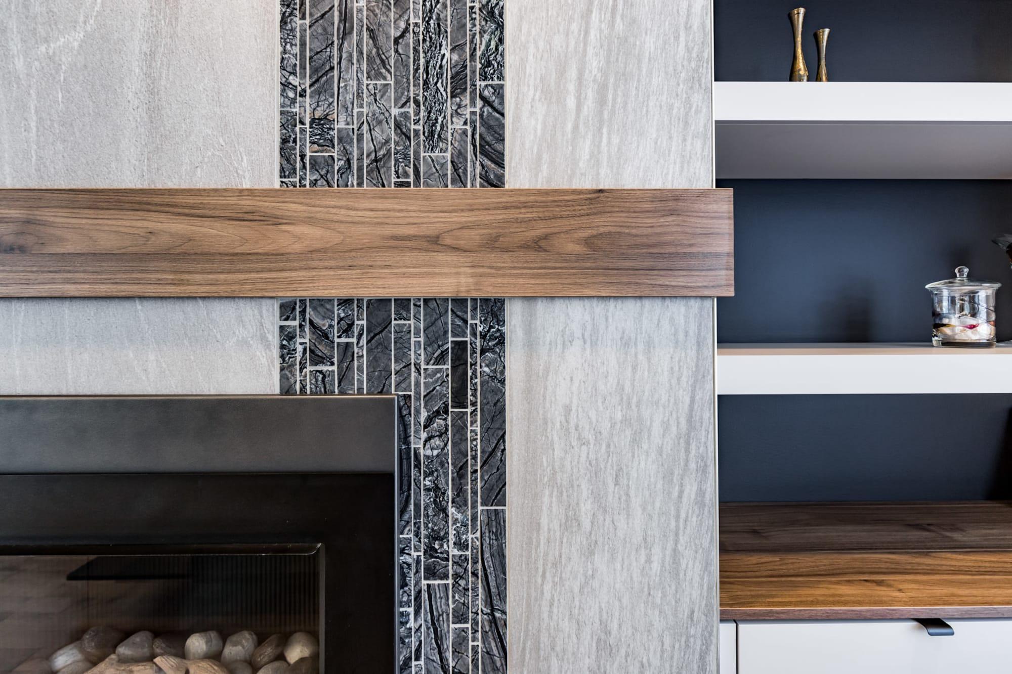 manteau de foyer en céramique pâle avec bordure en bois