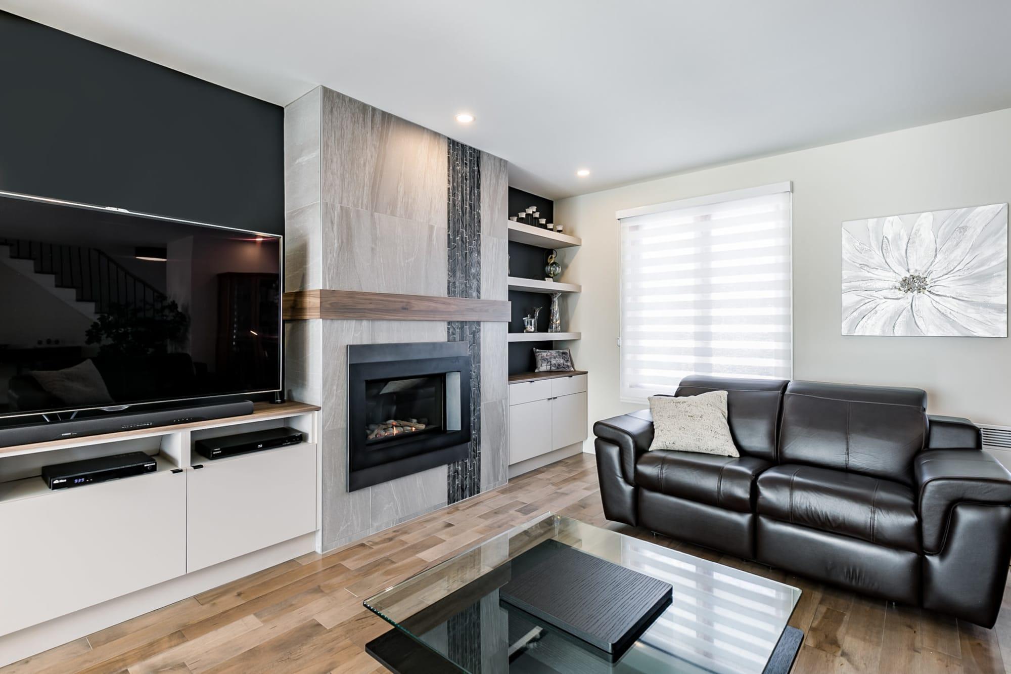 meuble sur mesure avec foyer moderne au gaz et plancher en bois franc