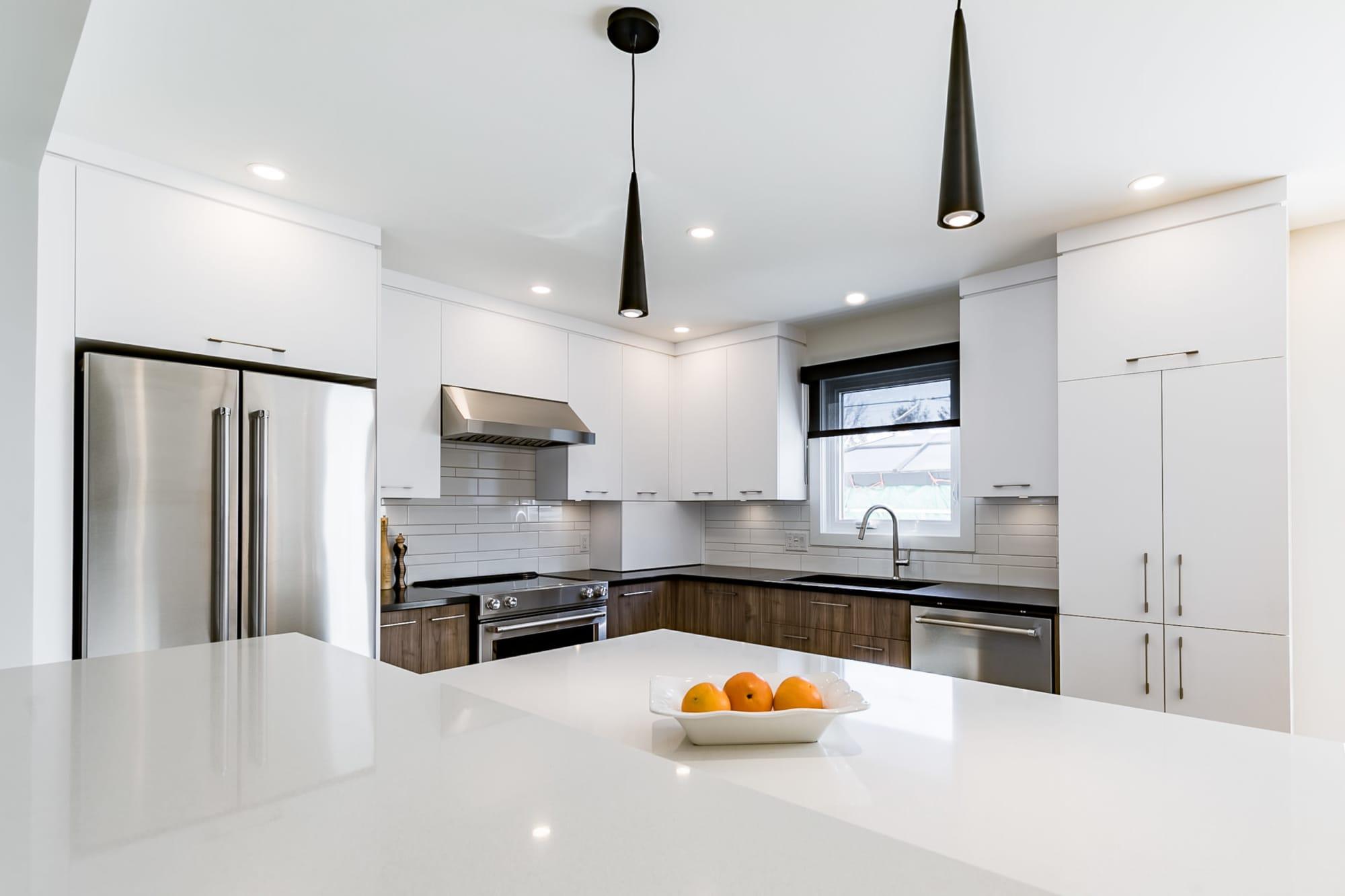 rénovation de cuisine moderne deux tons avec comptoir en quartz
