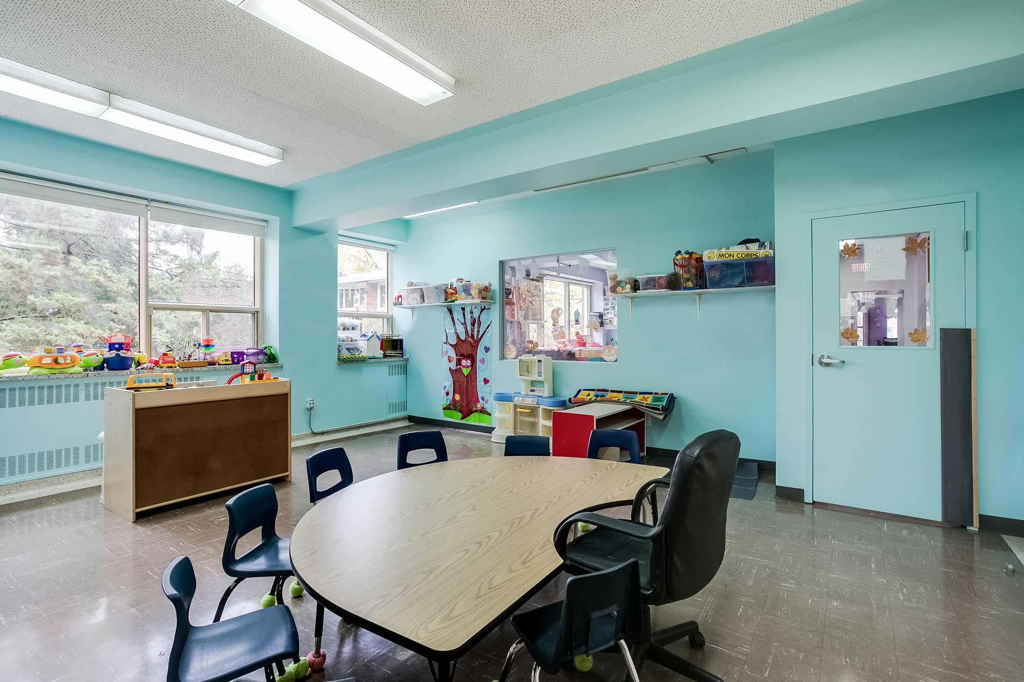 aménagement de garderie aux murs turquoises