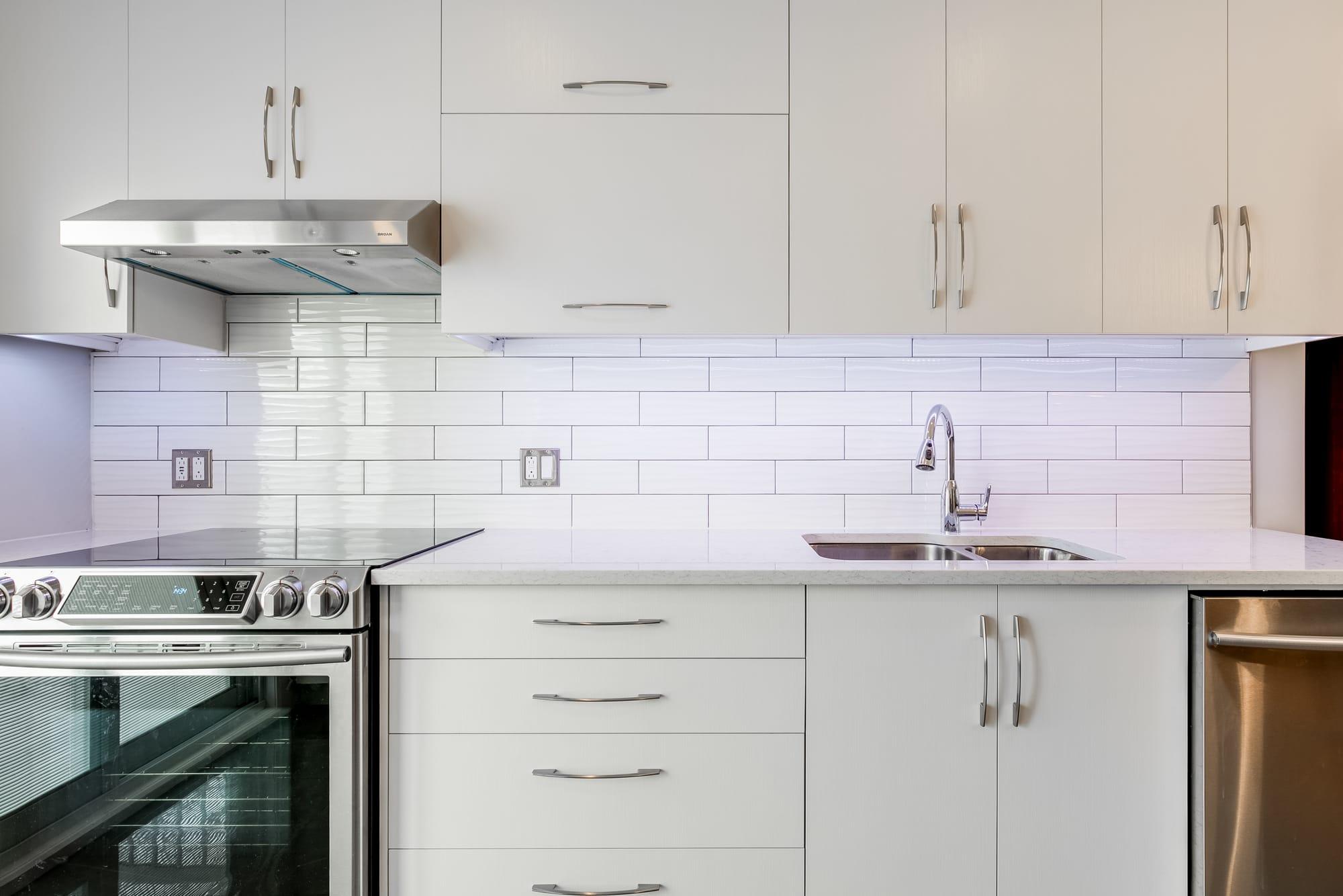 cuisine design avec cabinets blancs