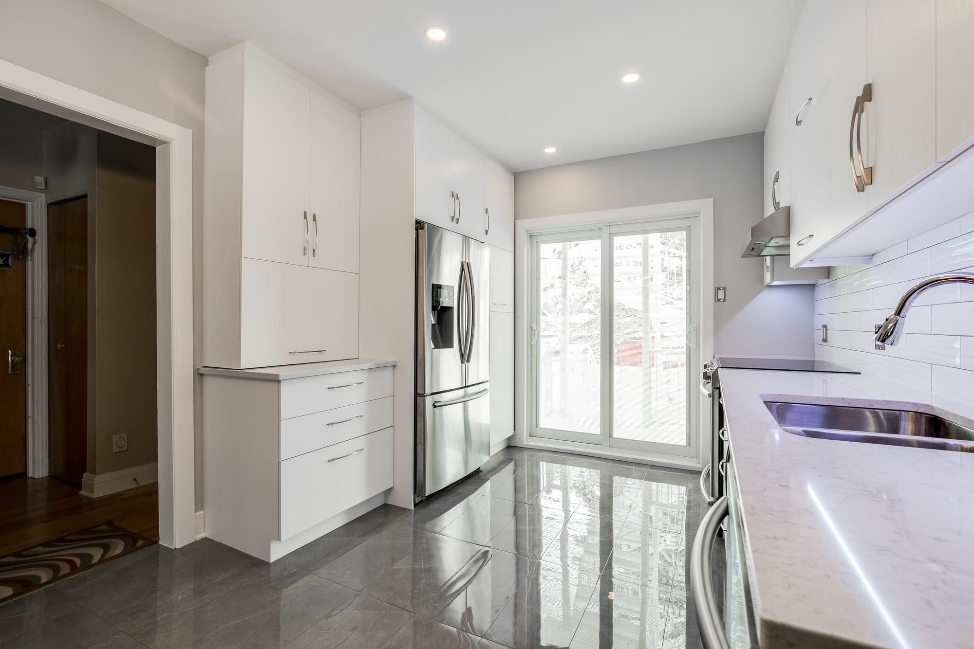 cuisine moderne blanche avec vue sur porte patio
