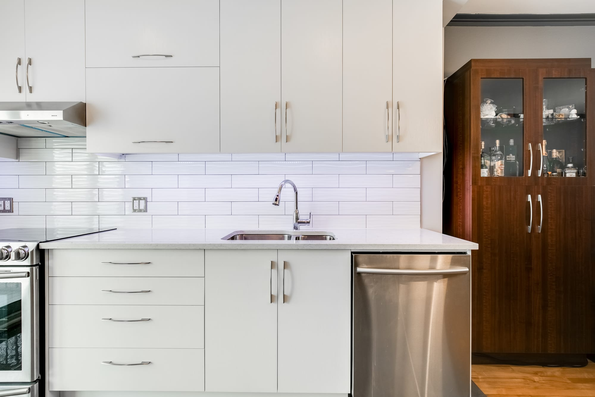 cuisine rénovée avec armoires blanches et brunes