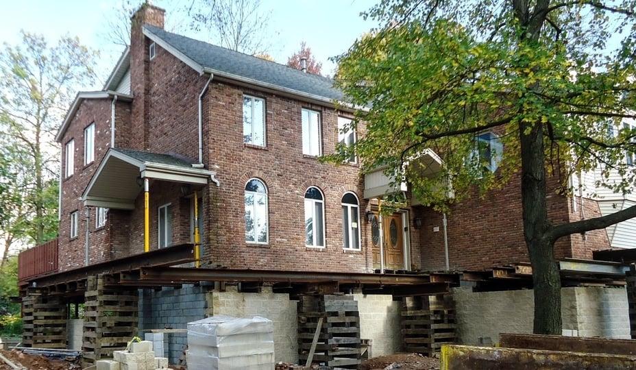 levage d'une maison en brique pour remplacement de fondation