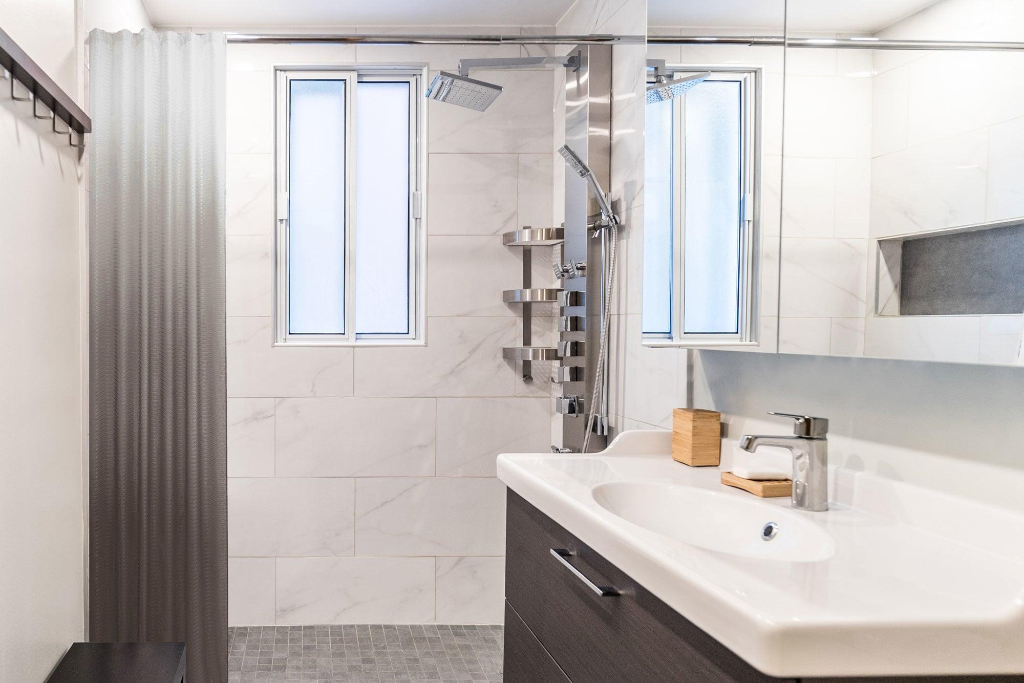 rénovation d'une petite salle de bain avec douche en céramique