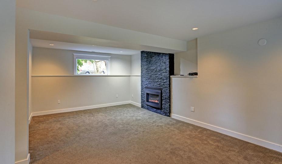 rénovation sous-sol avec foyer au gaz et tapis
