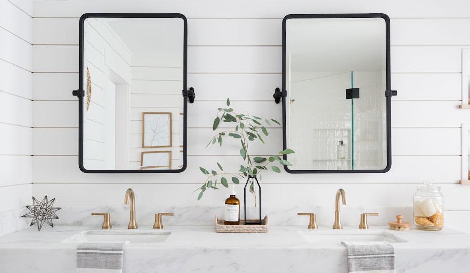 salle de bain avec mur en planches de bois