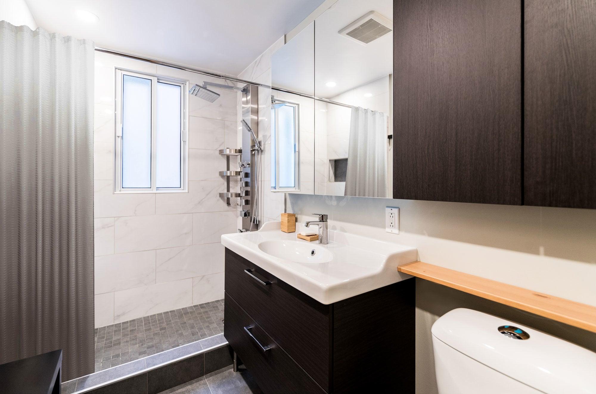 salle de bain contemporaine rénovée avec douche en céramique