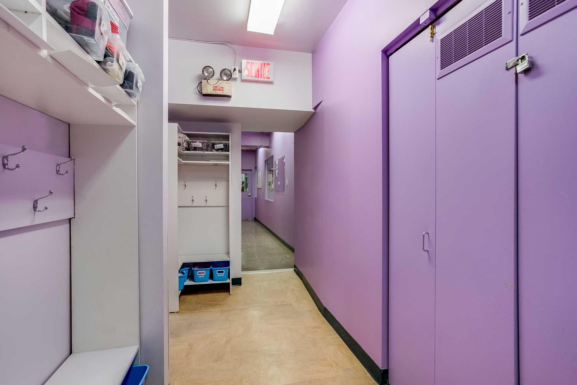 vestiaire garderie avec crochets et tablettes - murs de couleur lilac