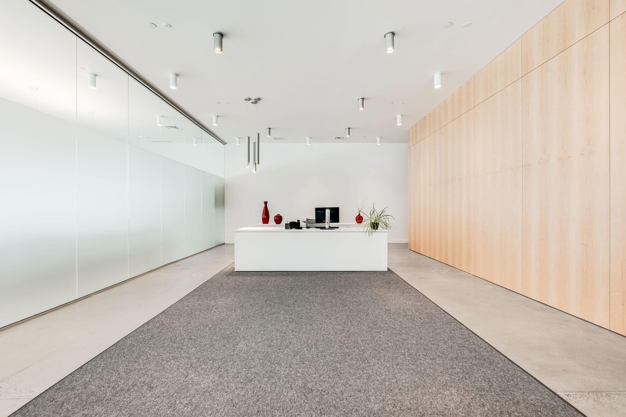 bureau de réception blanc à l'accueil d'une entreprise