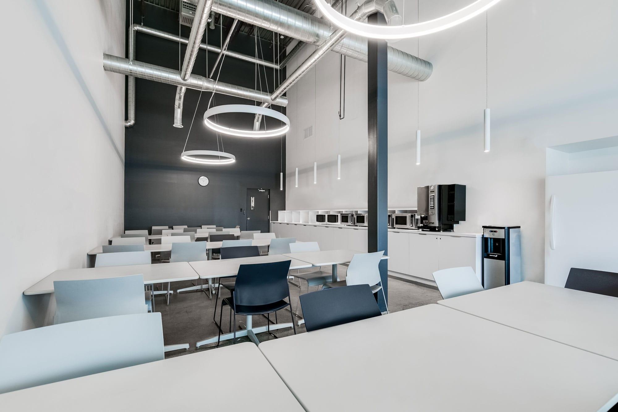 cafétéria/ salle d'employés dans une entreprise nouvellement rénovée