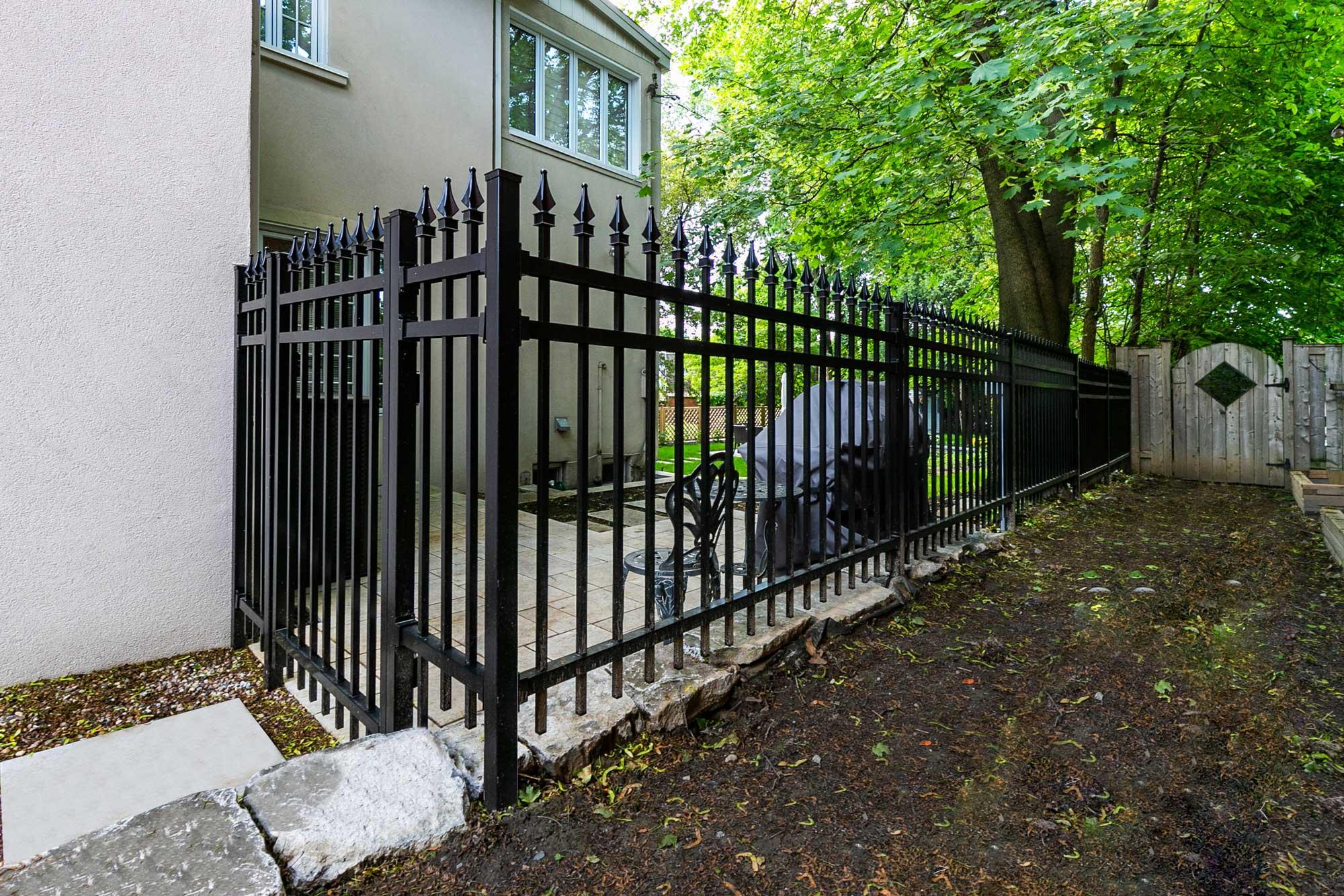 clôture mitoyenne en fer forgé noir