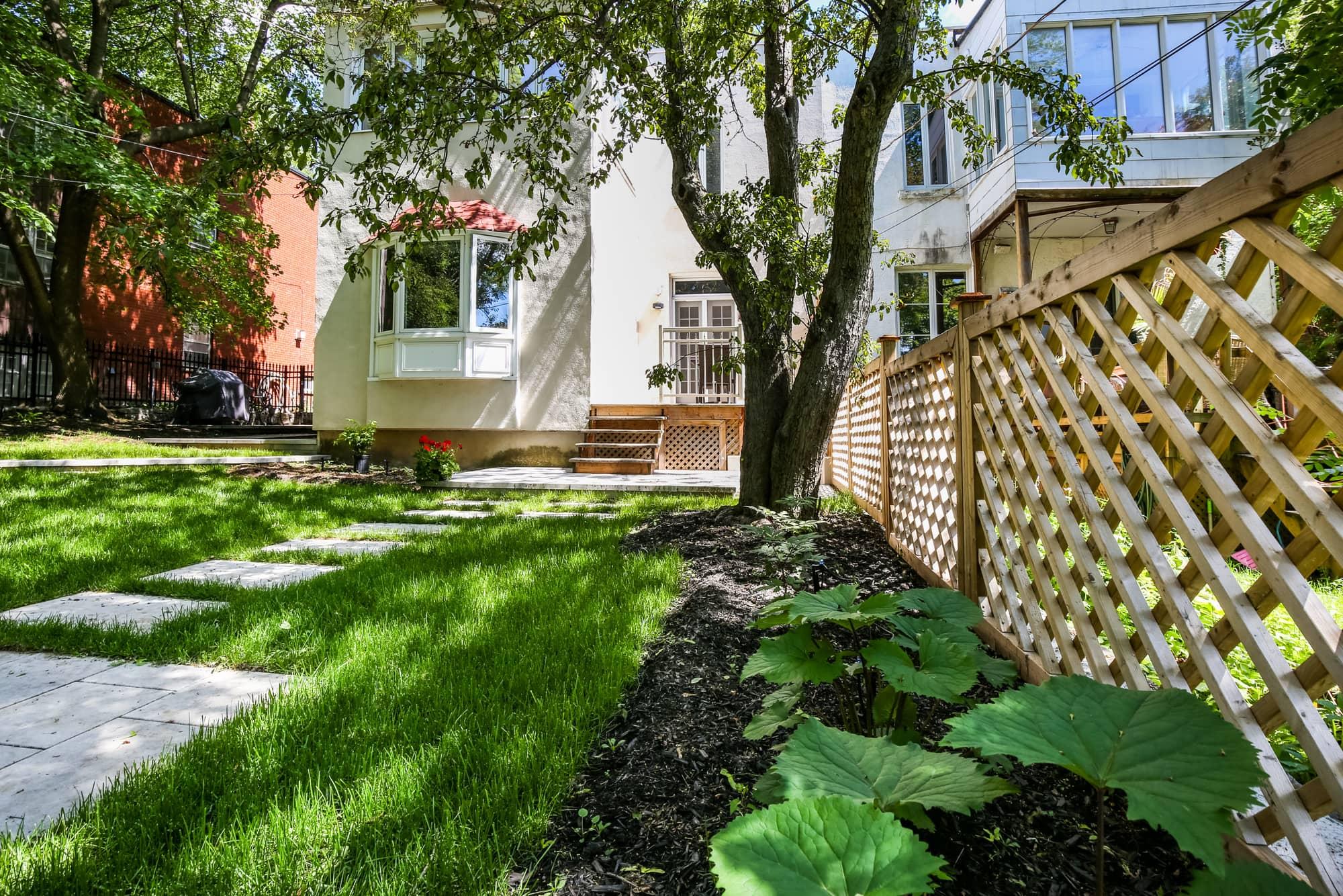 clôture en bois avec un bel aménagement paysager dans une cour arrière