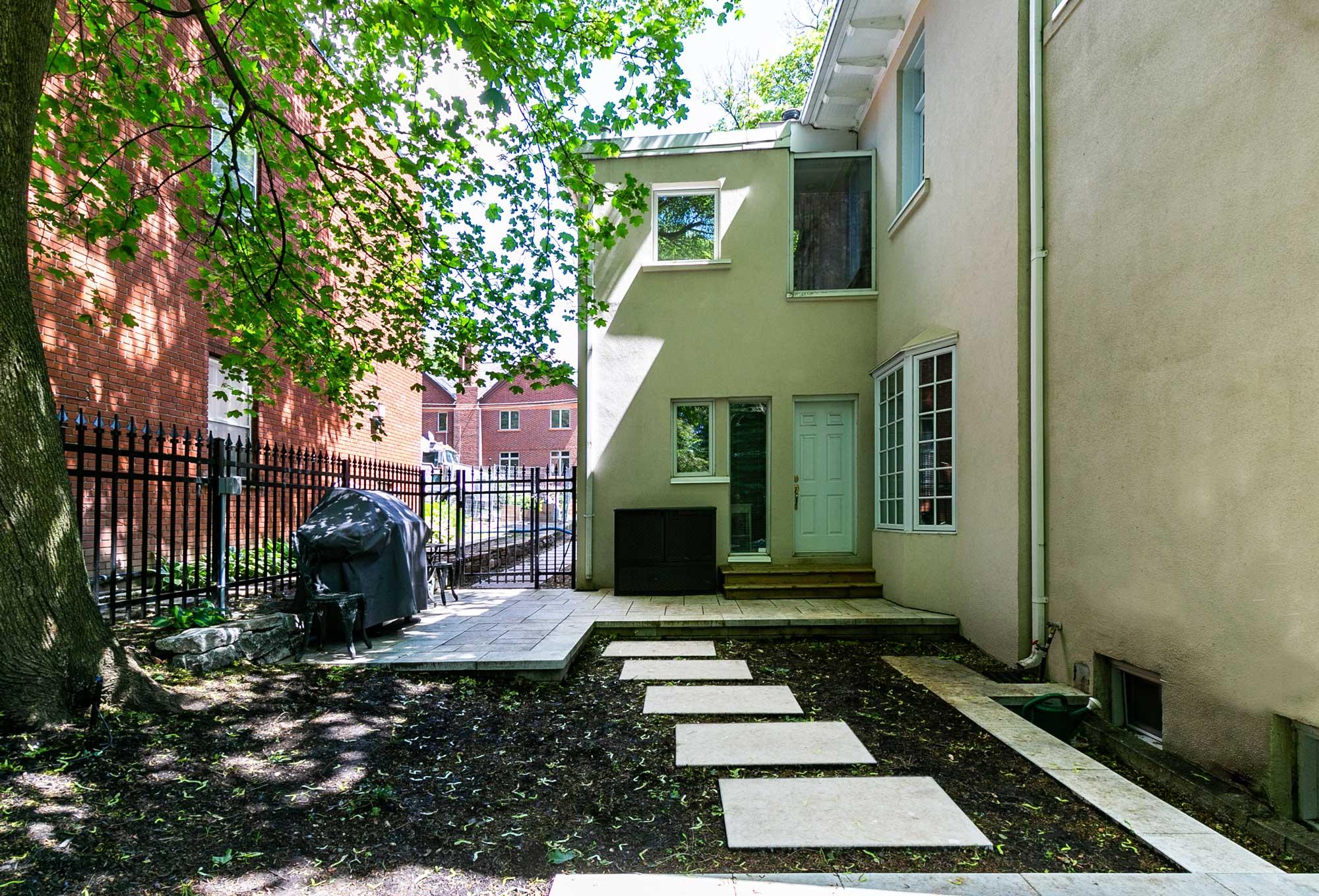 dalles de jardin en béton sur le côté d'une maison