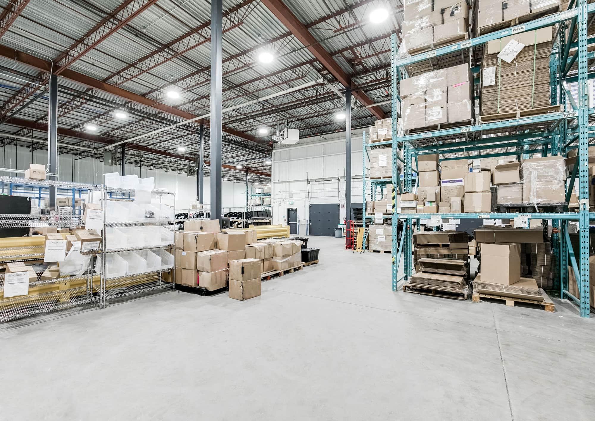 entrepôt révové avec tablettes en acier et boîtes rangées