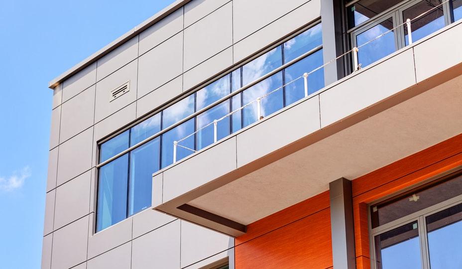 Façade de bâtiment en panneaux d'aluminium