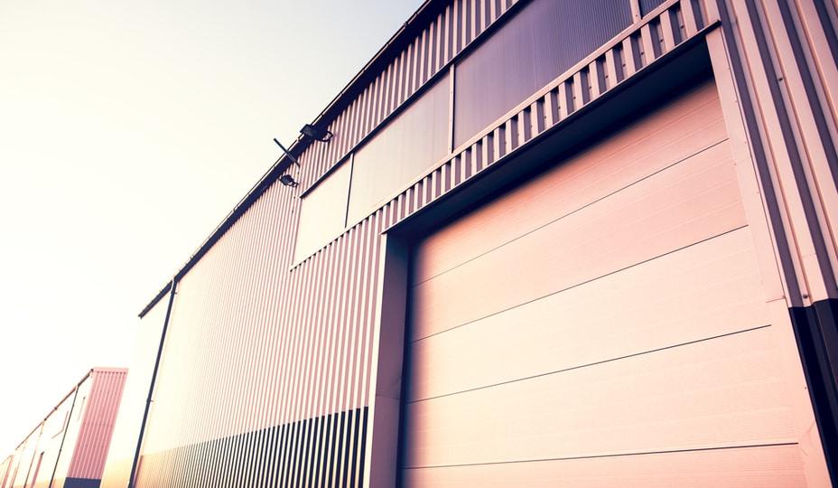 porte garage commerciale avec nouveau revêtement extérieur