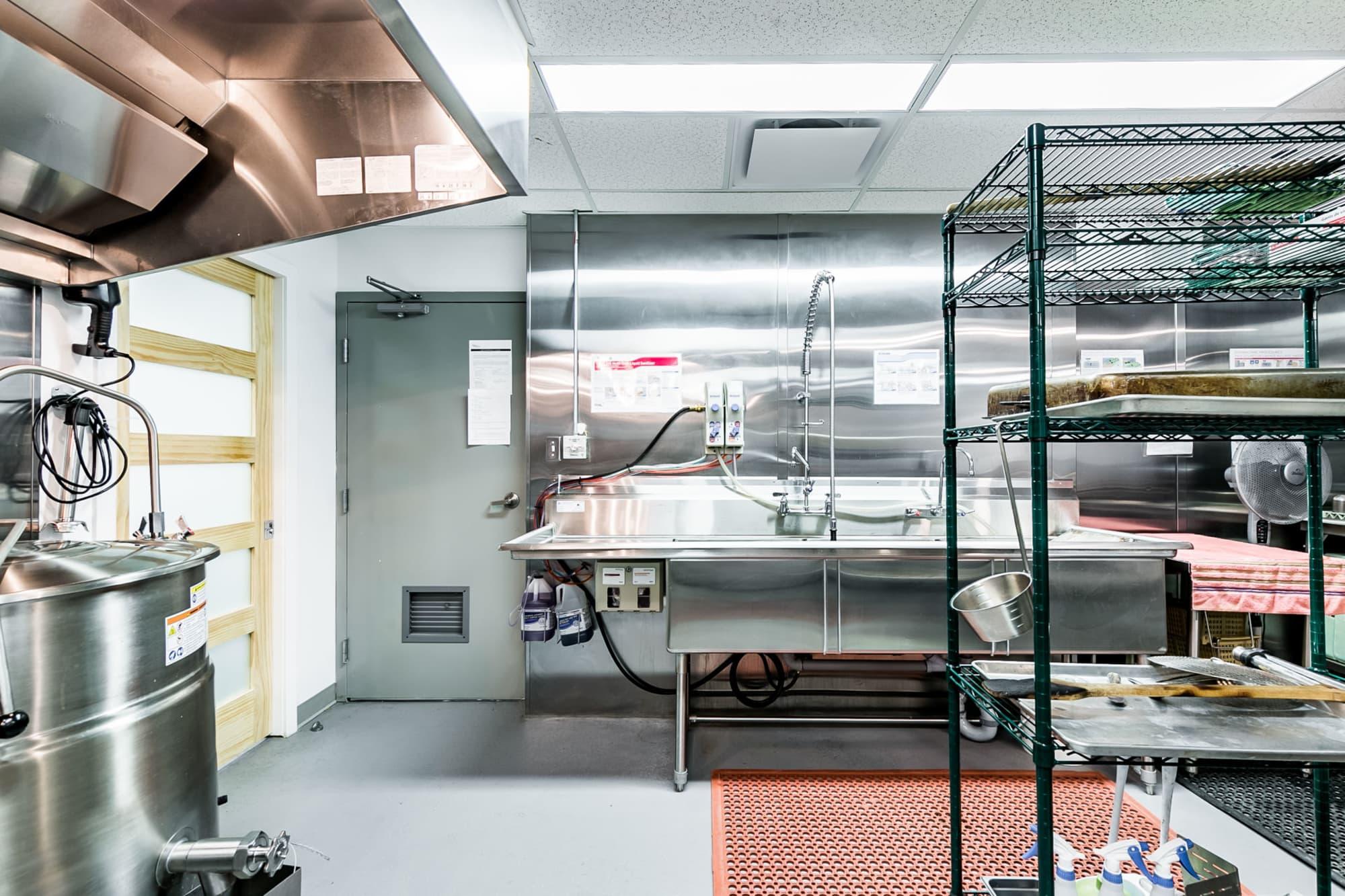 équipement de cuisine industrielle avec lavabos en stainless