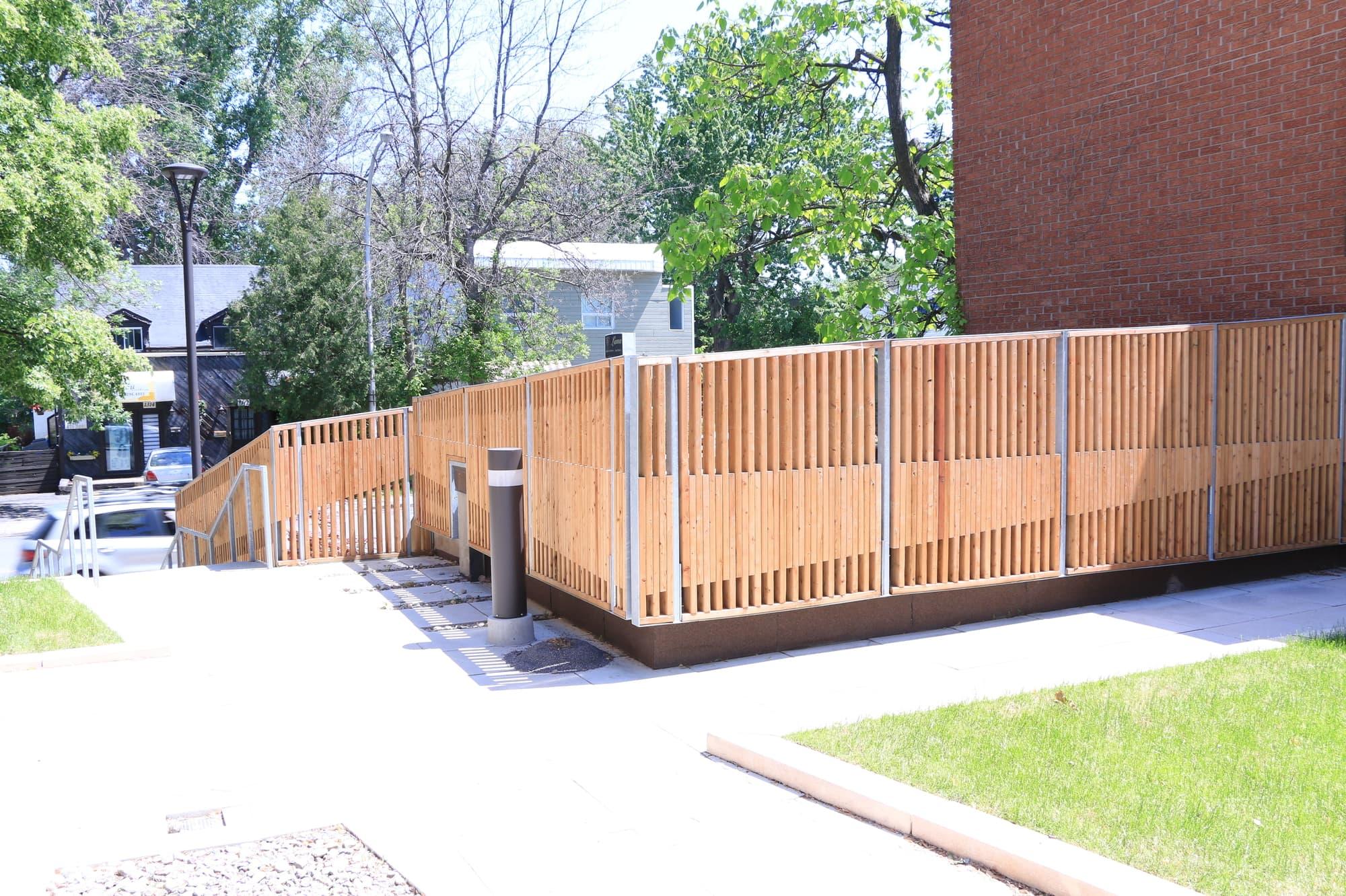 étanchéité du toit terrasse d'une copropriété avec clôture en bois