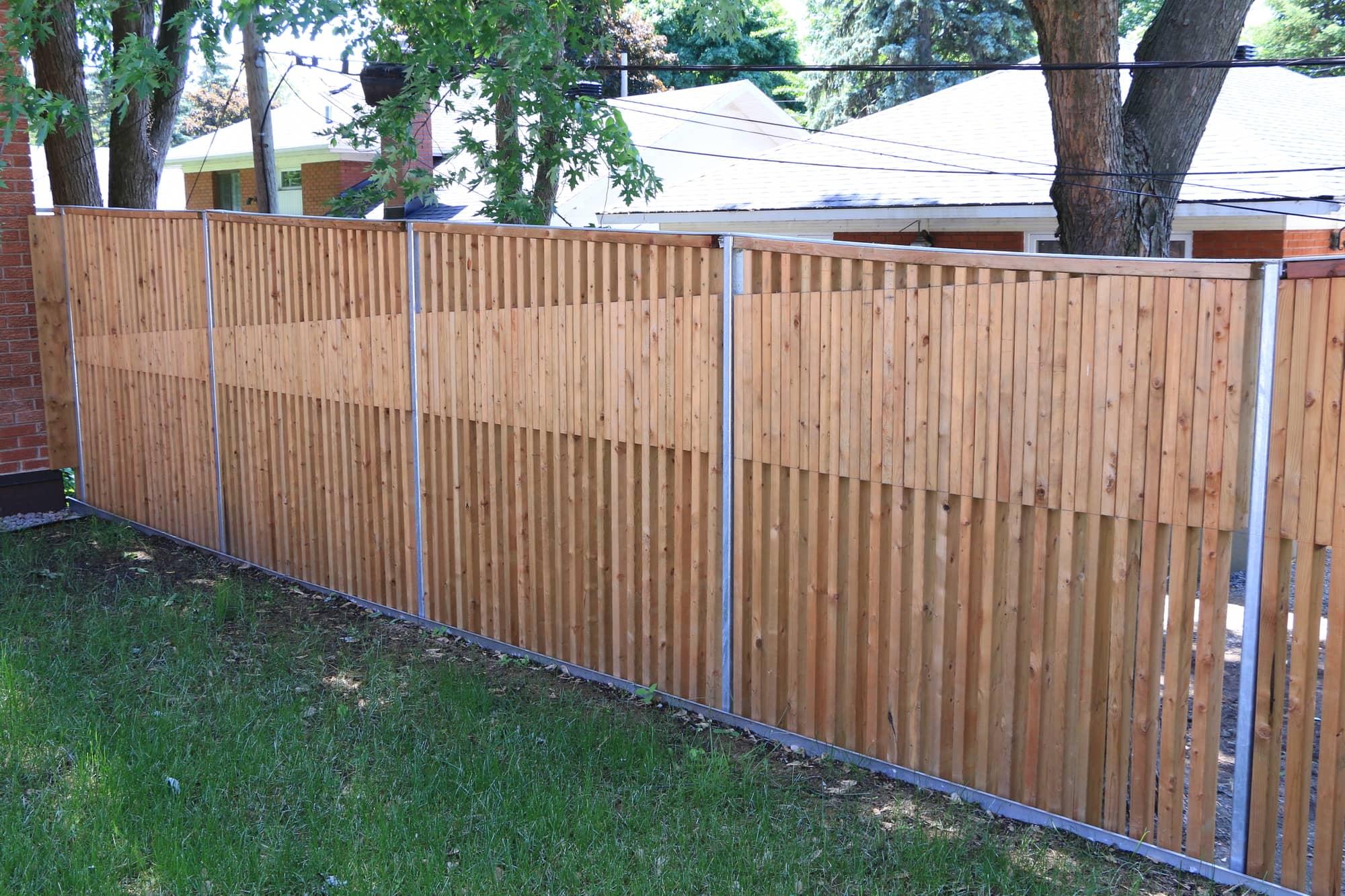 clôture en bois avec gazon
