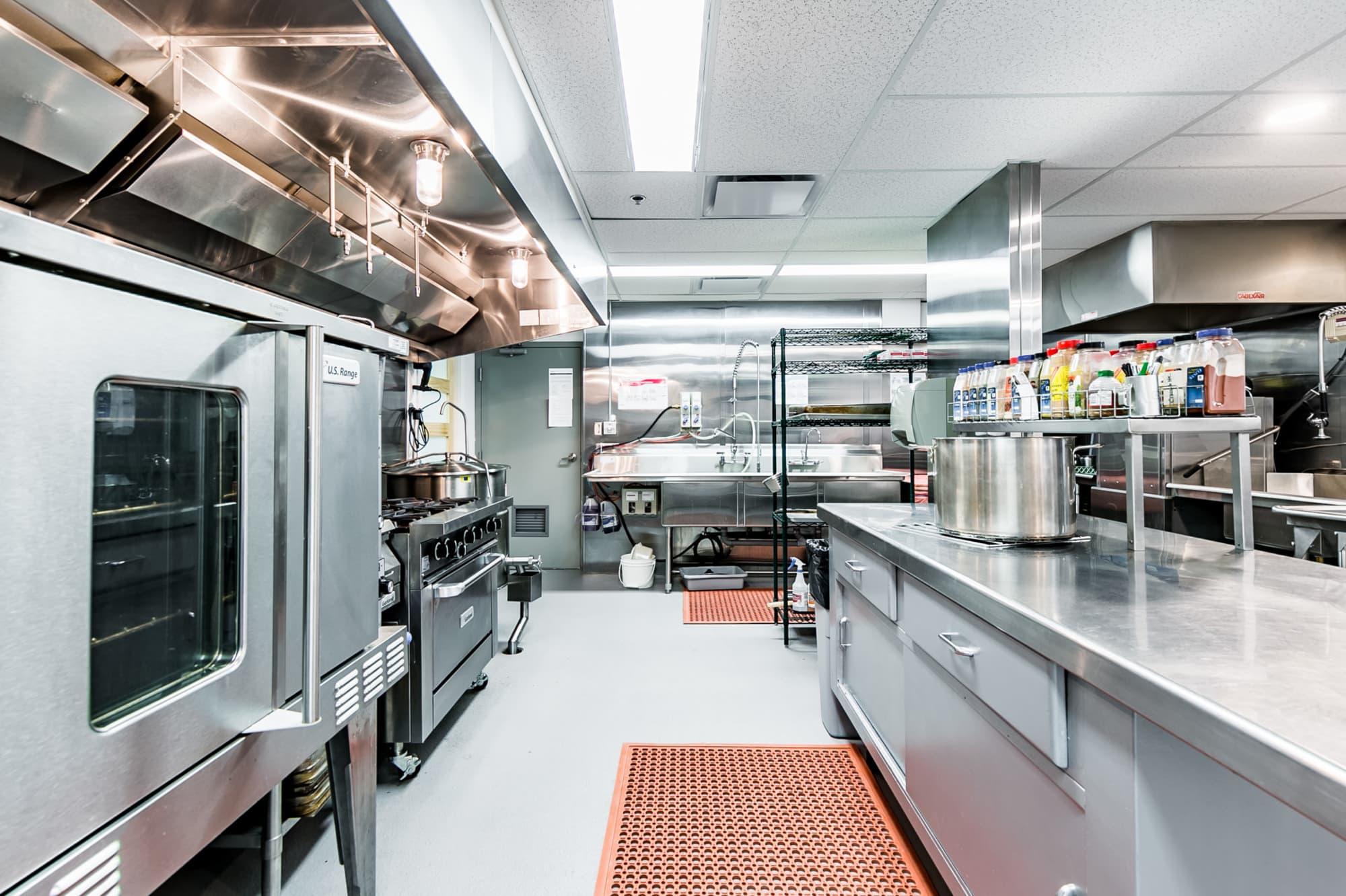 cuisine commerciale aménagée dans un centre pour personnes âgées avec équipements en inox