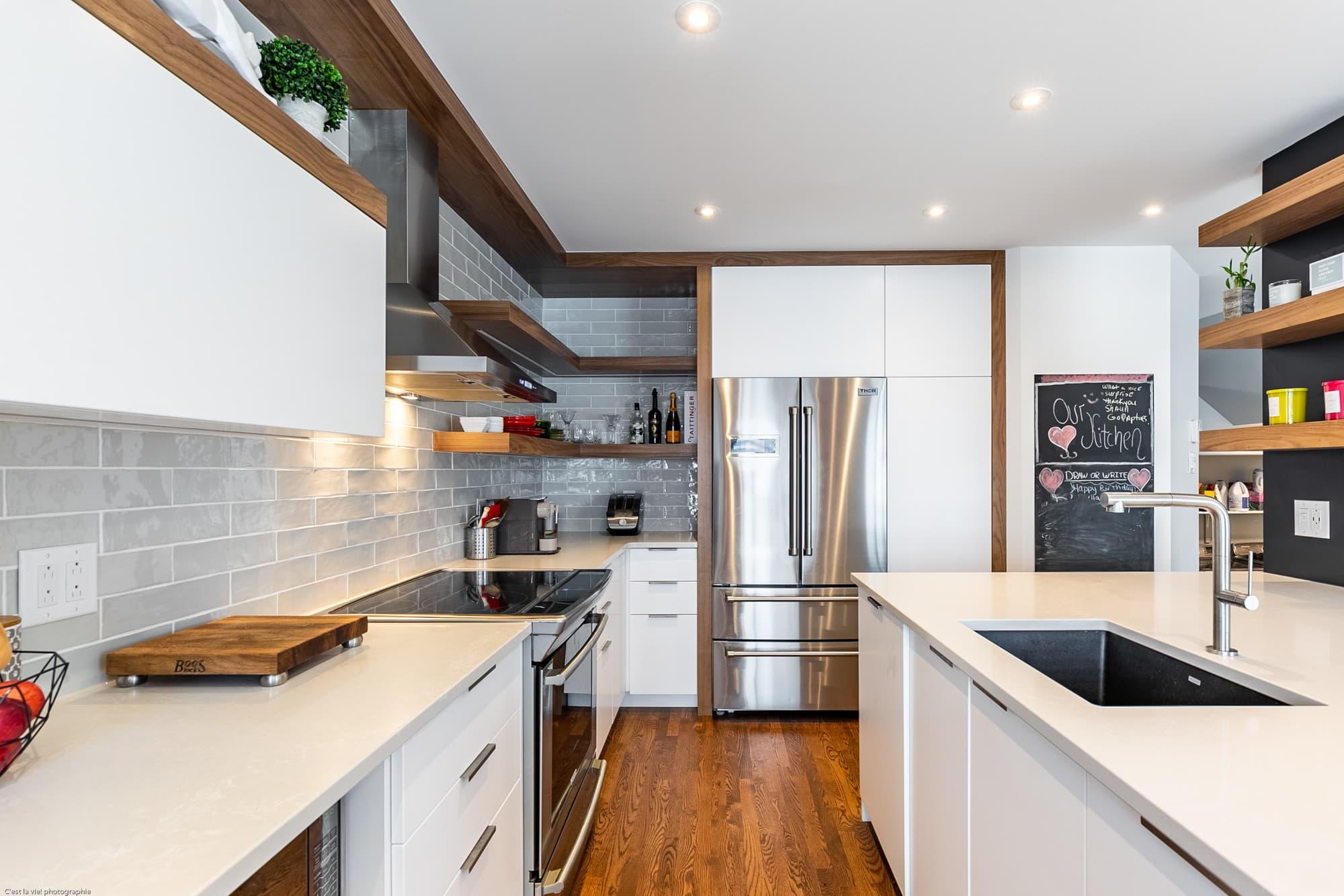 cuisine contemporaine blanche avec tablettes ouvertes et plancher en bois franc