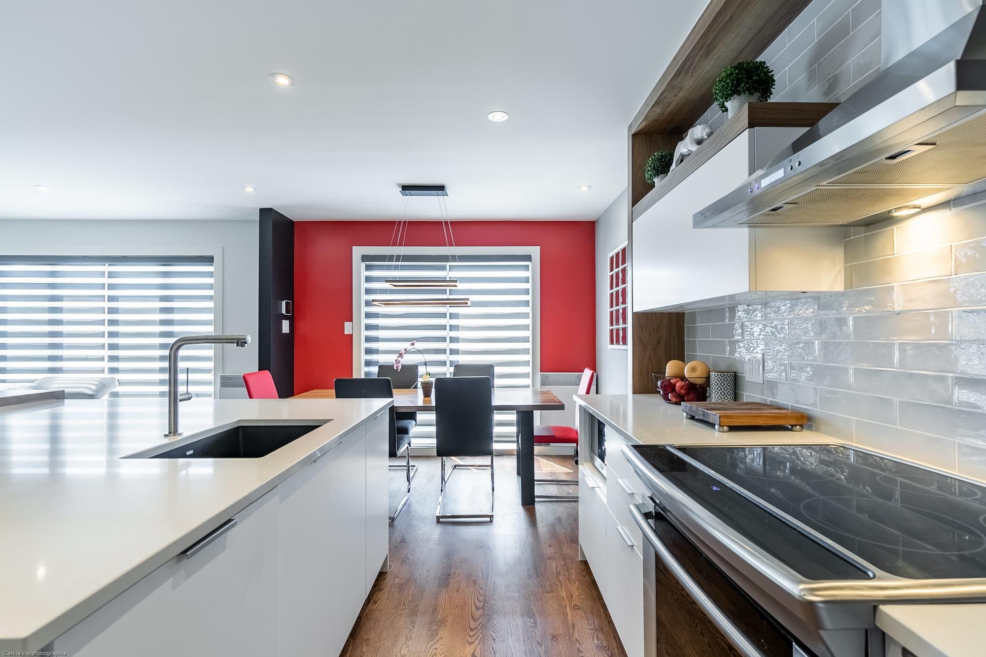 cuisine design blanche avec vue sur salle à manger