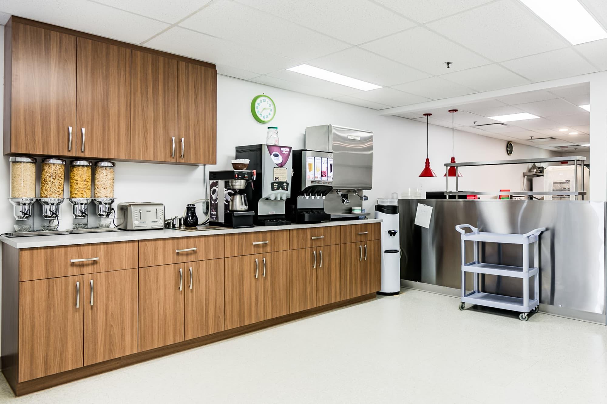 cuisine industrielle avec armoires en bois et équipement en inox