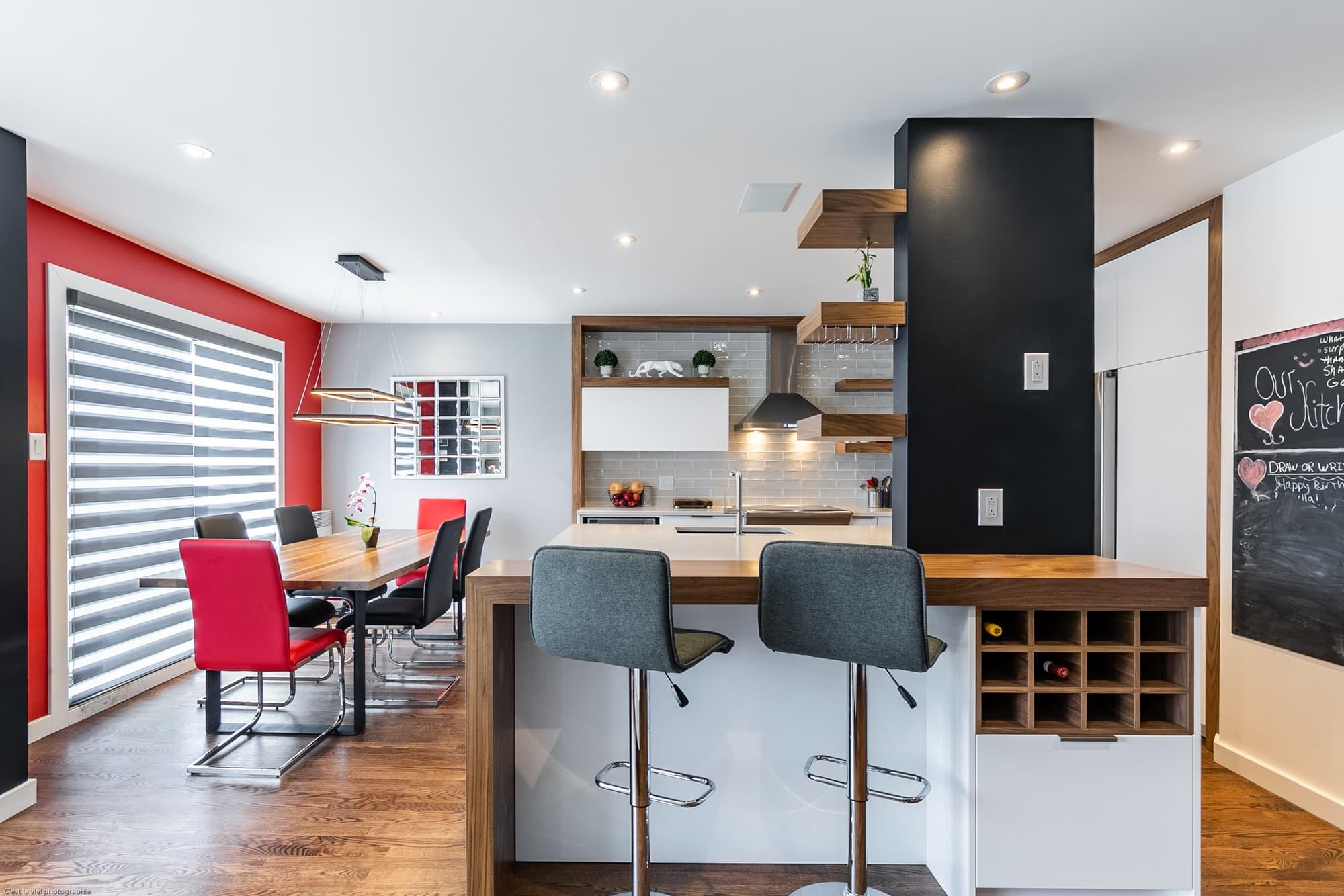rénovation de cuisine de style moderne avec mur rouge dans la salle à manger
