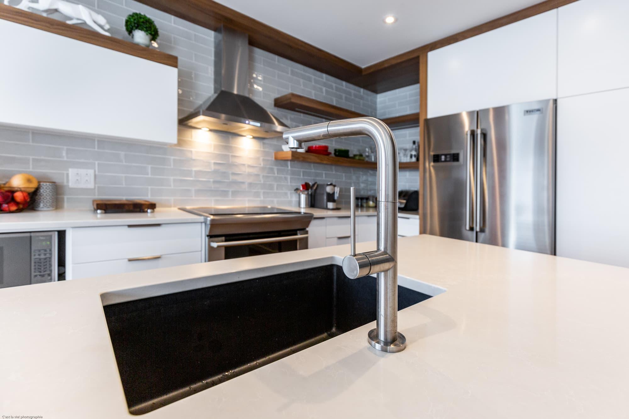 rénovation de cuisine avec lavabo encastré et armoires blanches