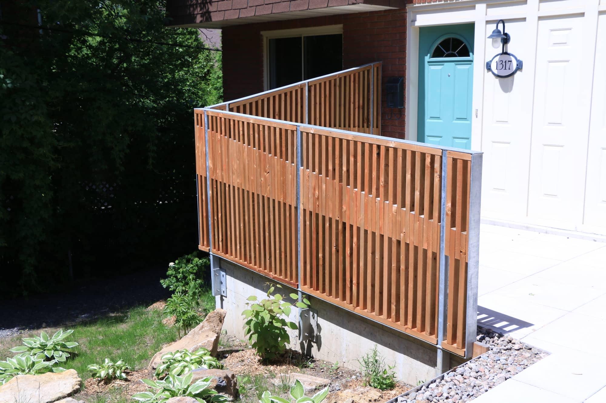 terrasse en béton d'une copropriété avec rampes en bois