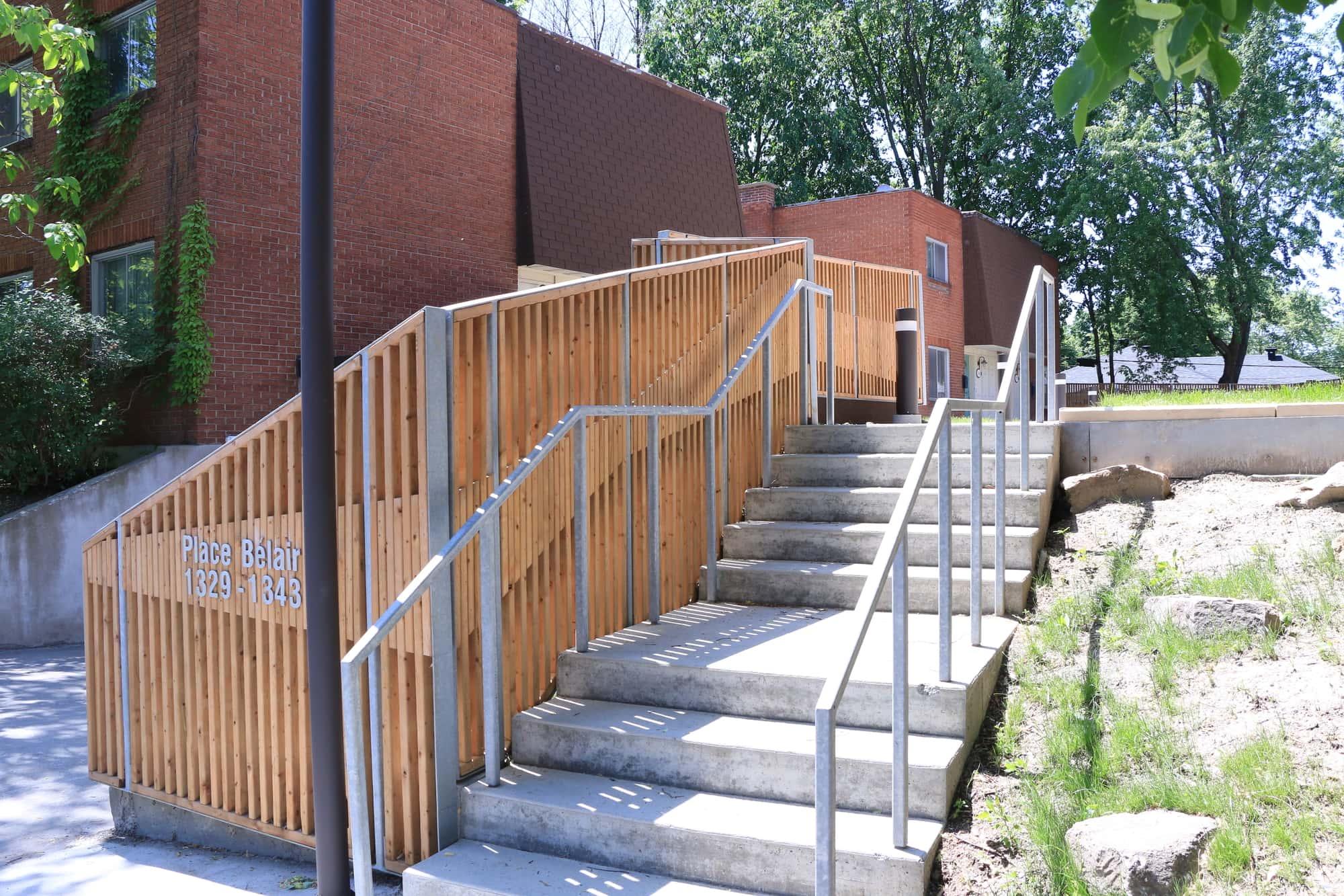 travaux extérieurs dans une copropriété - vue sur escalier accédant au toit-terrasse et accès au garage sous-terrain