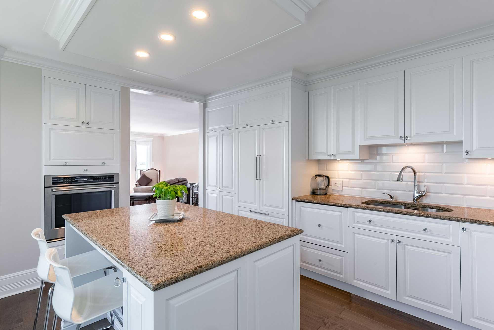 cuisine classique blanche avec comptoir en granite