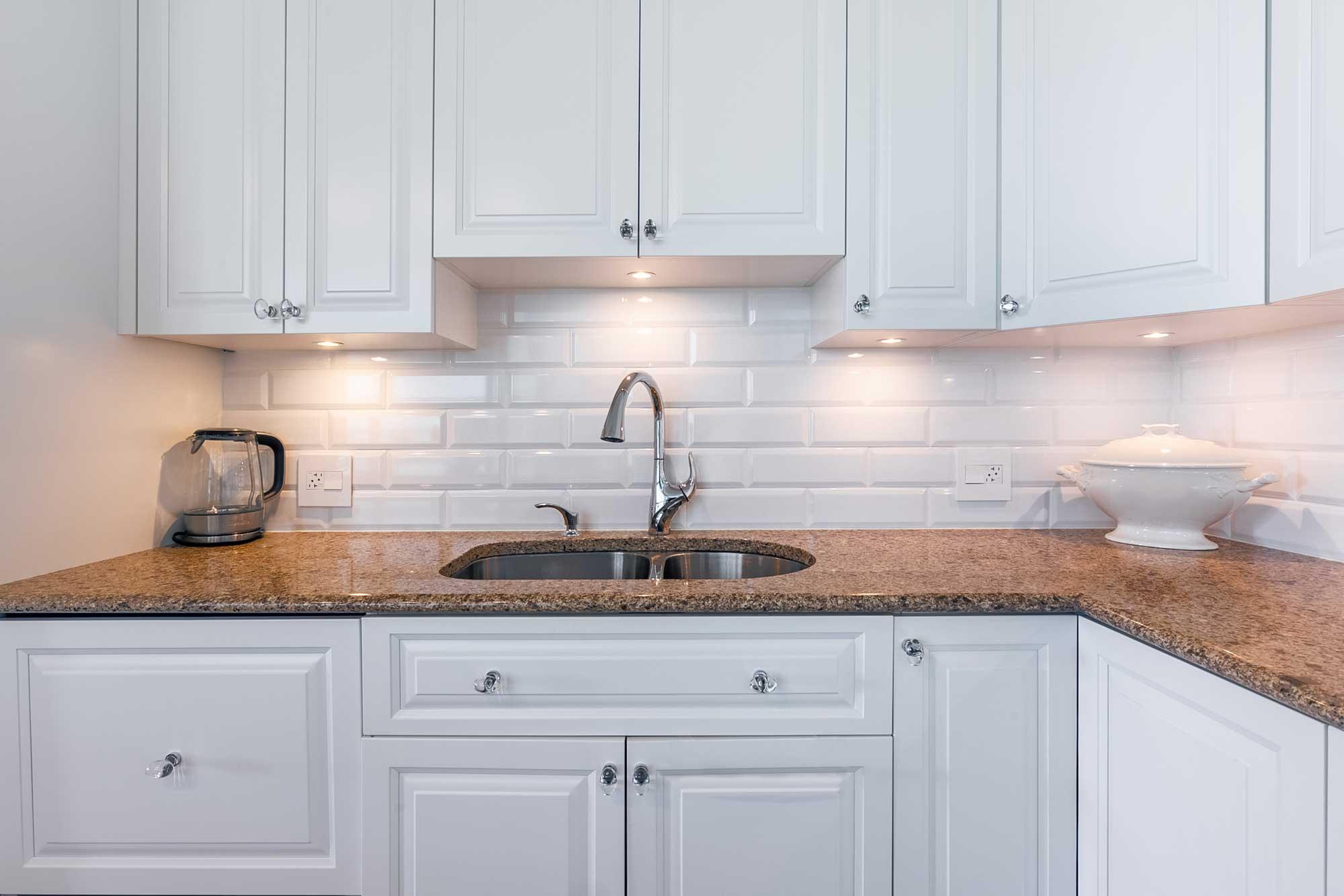 cuisine rénovée blanche de style classique avec comptoir en granite beige