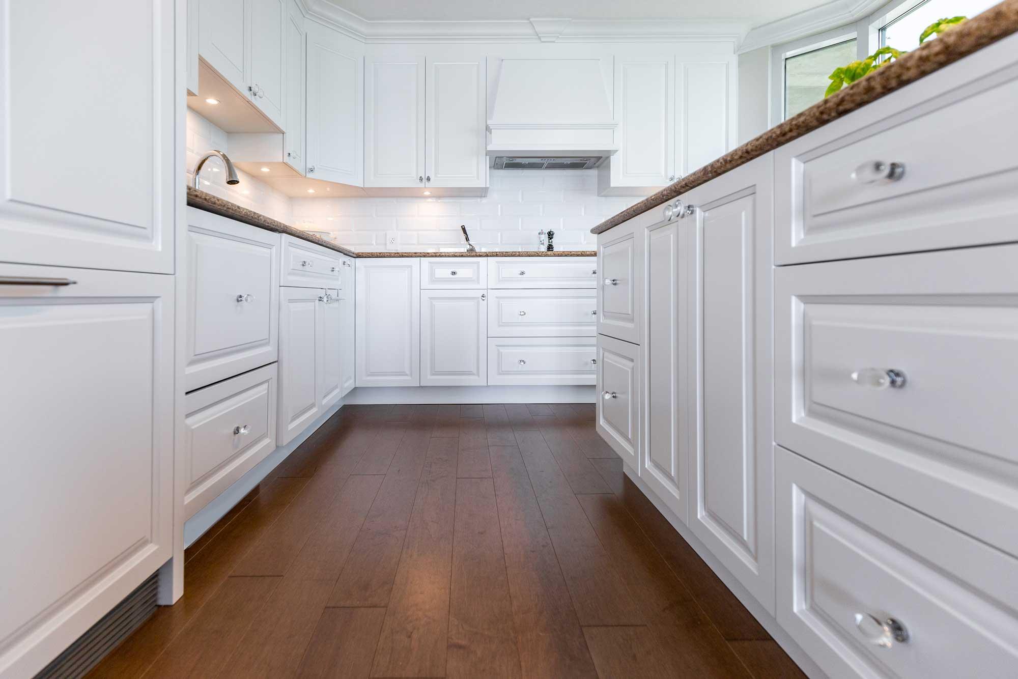 design de cuisine classique blanche avec plancher en bois franc