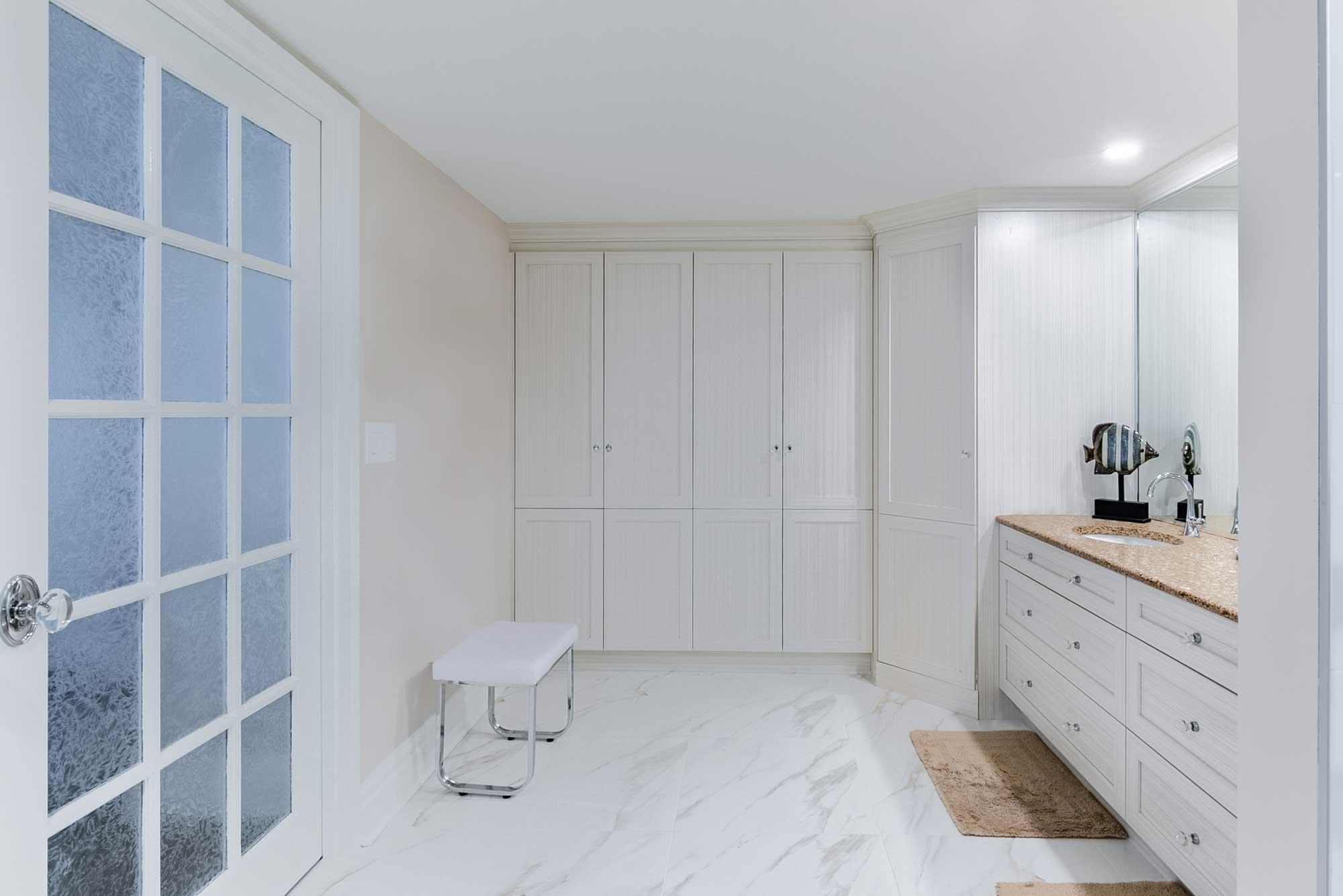 design de salle de bain classique avec rangement sur mesure