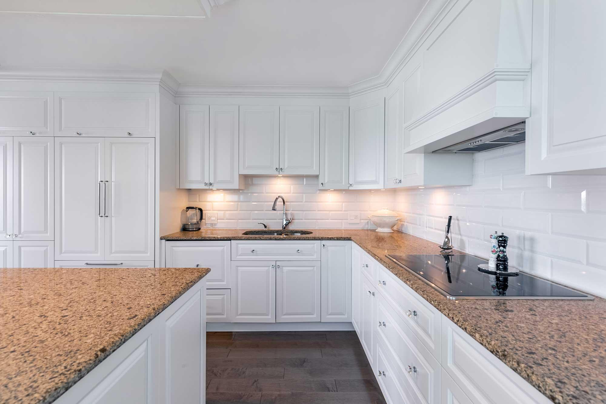 rénovation de cuisine classique blanche avec comptoir en granite