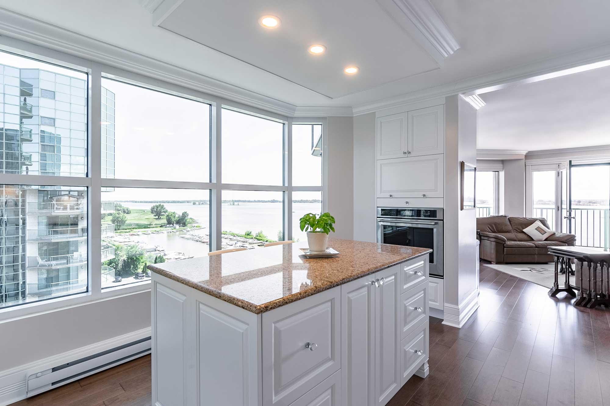 rénovation d'une cuisine de style classique blanche avec comptoir en granite beige