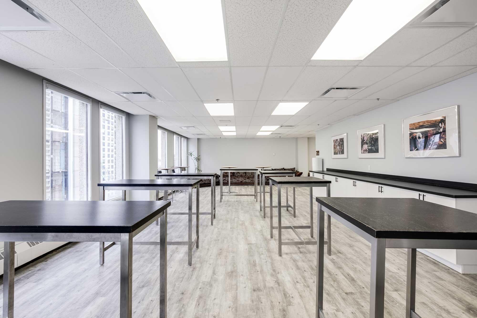 cafétéria dans une entreprise avec tables hautes et plancher en vinyle gris